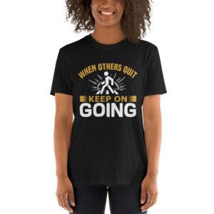 When others quit keep on going – Camiseta unisex Gildan kp64000